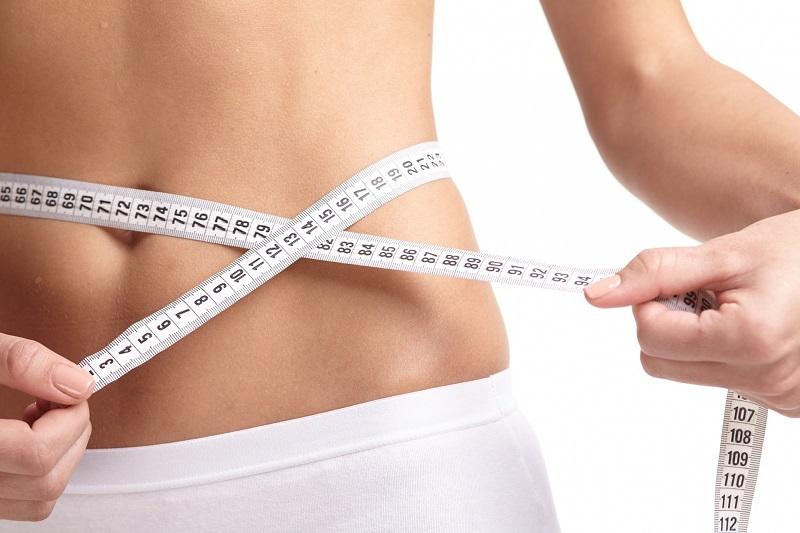 食事や運動で体重を減量した女性
